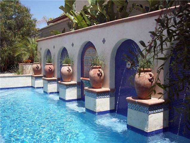 Ανακαίνιση αυλής με τοποθέτηση πισίνας μεσογειακού στυλ. @ Studio H Landscape Architecture, Newport Beach, CA